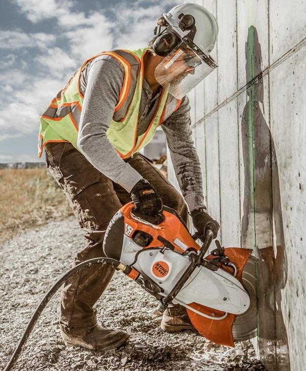 Luôn sử dụng đồ bảo hộ thân thể khi dùng máy cắt bê tông